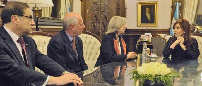 La Presidenta de Argentina, Cristina Fernández de Kirchner; la directora de la Beca PNK por el OLA, Margarita Gutman; el director del OLA, Michael Cohen; y el embajador de Argentina ante Naciones Unidas, Jorge Argüello.