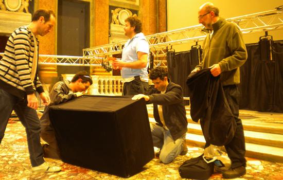 Carlos Almeida en los preparativos de la puesta en Génova