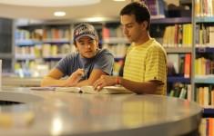 Alumnos en la biblioteca