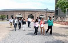 Comitiva vinculada a YPF durante la visita al Campus Miguelete