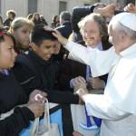 El Papa recibió al rector Carlos Ruta acompañado por estudiantes de la escuela secundaria de la UNSAM