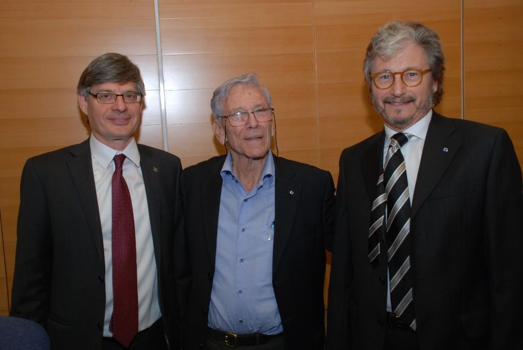 De izq. a der., Raanan Rein, Amos Oz y Carlos Ruta