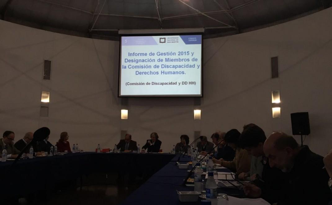 Se observa a los Consejeros reunidos en una mesa en forma de U. Arriba se ve una pantalla donde se proyecta el informe de Gestión de la Comisión del año 2015