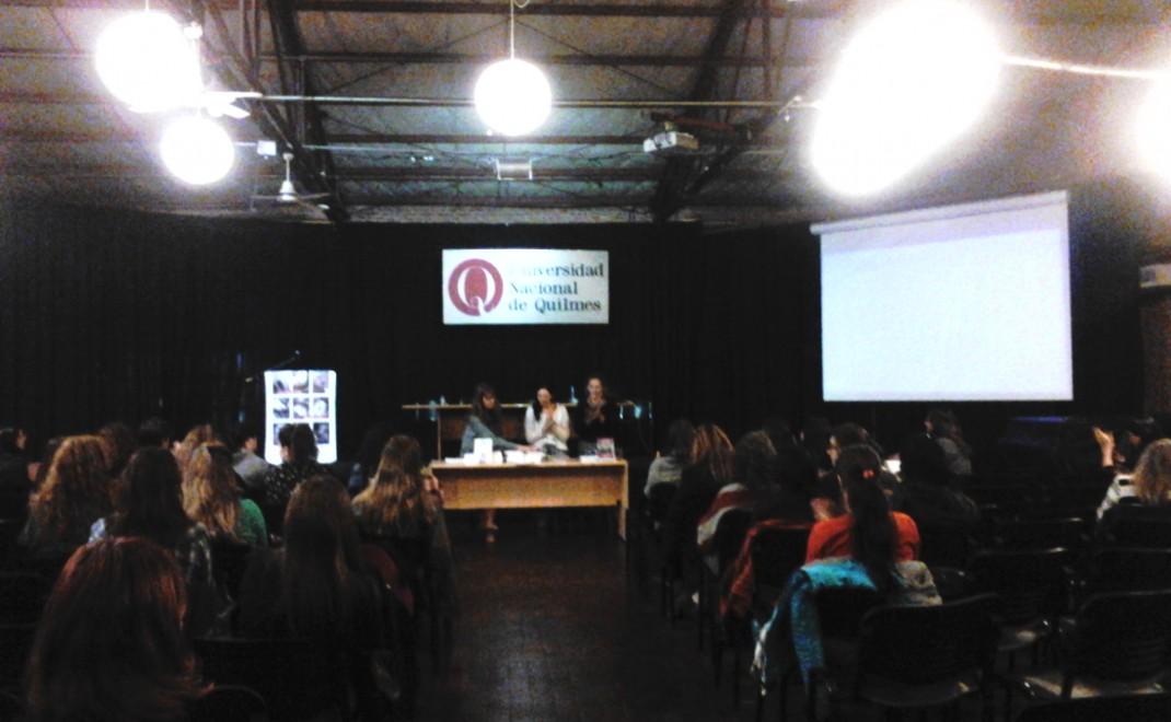 Se observa a Carolina Ferrante y Alfonsina Angelino, en el II Simposio Internacional del Observatorio de la discapacidad en la Universidad Nacional de Quilmes