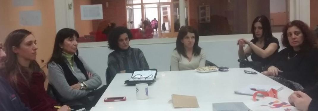 Se observa a los integrantes de la Comisión sentados alrededor de una mesa blanca en el SUM de la Biblioteca Central.