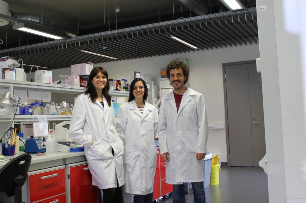 Lorena Simón Gracia, María Inés Diaz Bessone, y Pablo Scodeller en el laboratorio de Nanomedicina de la Universidad de Tartu (Estonia).
