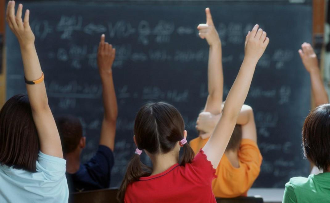chicos-levantando-la-mano-en-la-escuela