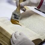 Biblioteca Central: TAREA-IIPC recupera los libros de la inundación de 2013