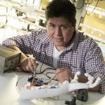 Un estudiante de la UNSAM desarrolló un brazo electrónico de bajo costo