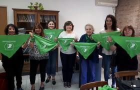 Las integrantes de la Campaña por el Derecho al Aborto Legal, junto a Docentes y la Decana de la Escuela de Humanidades