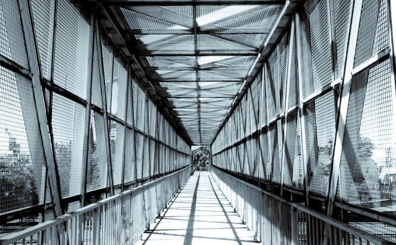 """""""El ojo observador transitando el puente peatonal"""", por Noelia Superí"""