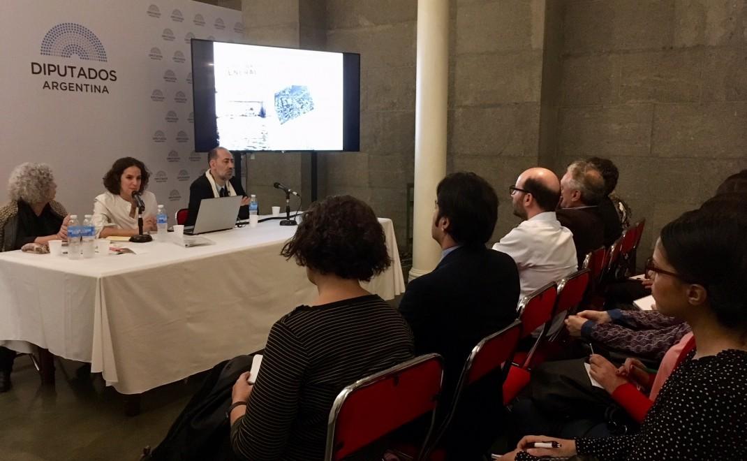 Mesa integrada por Mónica Capano, Valeria Gruschetsky (IA/UNSAM), y Guillermo García (PRIE).