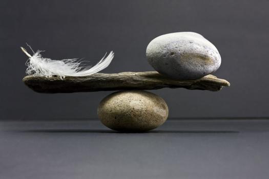 balanza_de_piedras_y_pluma