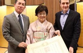 Emiko Arimidzu recibe la condecoración