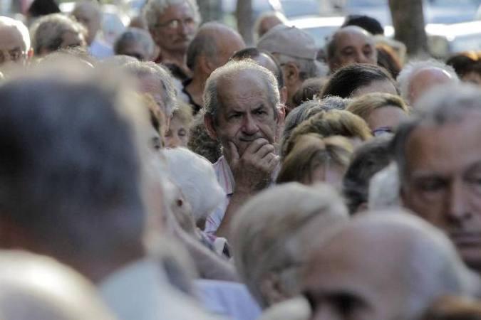 MILES DE JUBILADOS HACEN COLAS EN BANCOS PARA COBRAR PARTE DE SUS PENSIONES