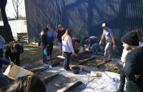 Alumnos trabajando en el taller