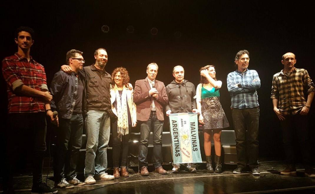 En la foto se observa parte de los actores del corto metraje, el director Diego Lapíz y Ramón Garcés dialogando con el público presente.