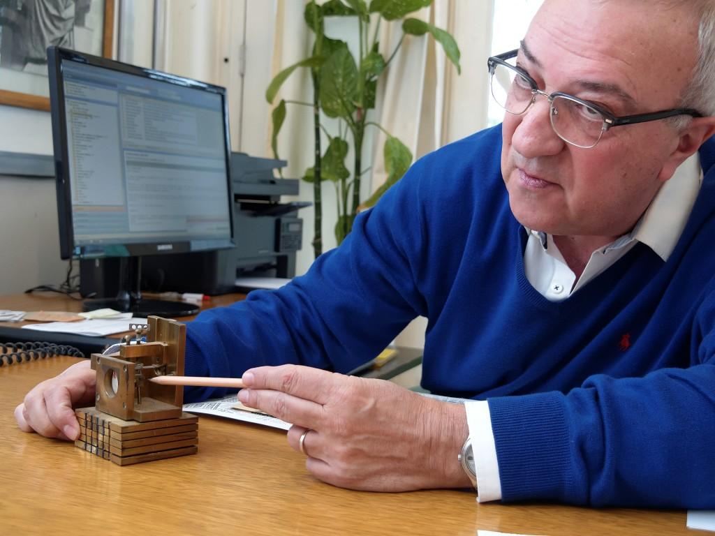 Joaquín Valdés con el microscopio de efecto túnel