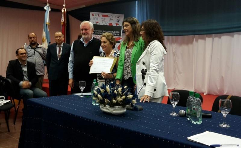 Se observa en la Imagen al Rector de la UUNN de Misiones entregando el Diploma de Honor a la Mg. Stella Caniza de Paez, junto a la Coordinadora de la Red Beatriz Celada.