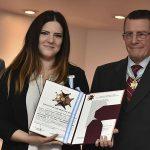 Una egresada de TAREA-IIPC recibió la condecoración del Instituto Nacional Newberiano